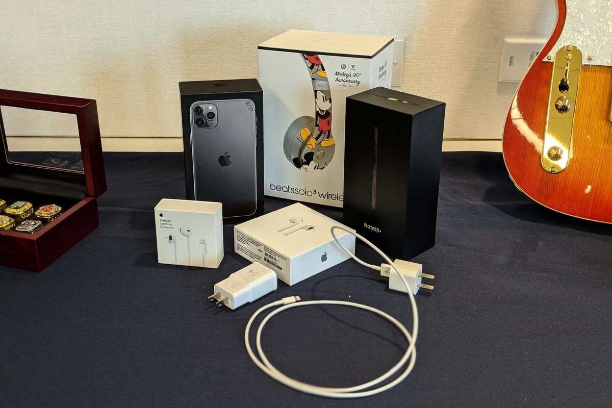 圖為11月中旬,美國海關與邊境保護局查獲首批從中國運往紐約的最新型山寨蘋果iPhone 11 Pro。(黃小堂/大紀元)