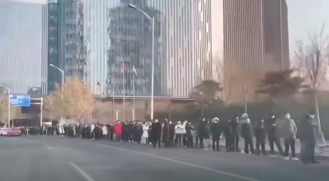 最近,北京市再次出現大排長龍做核酸檢測的情況。(影片截圖)
