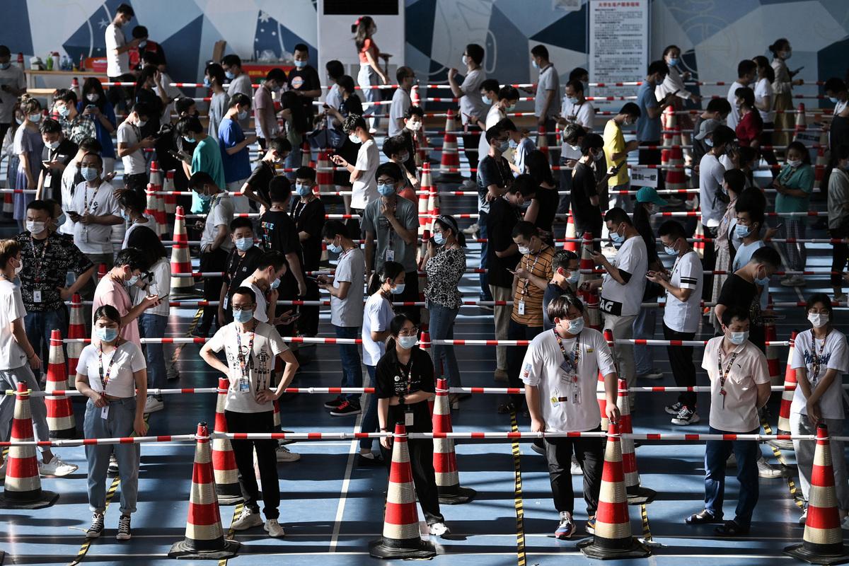中國湖北省武漢市的中共病毒(俗稱武漢病毒、新冠病毒、COVID-19)疫情再度蔓延,圖為2021年8月5日,武漢市一間公司的員工在體育場排隊等候核酸檢測。(STR/AFP via Getty Images)