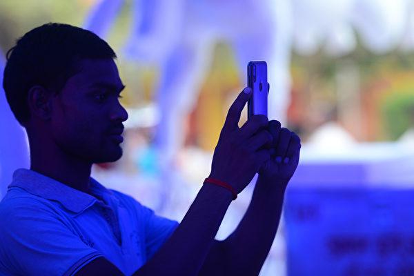 印度人口超過13億,為全球第二大智能手機市場。中國品牌手機佔印度市場份額的七成至八成。(SANJAY KANOJIA/Getty Images)
