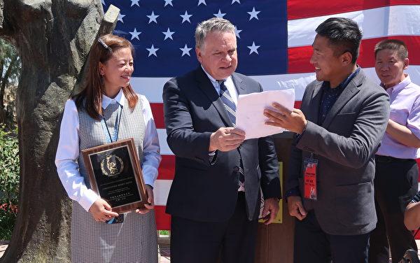 北京前呼吸科醫生趙陽(右一)與新澤西州共和黨籍國會眾議員克里斯·史密斯(Chris Smith,右二)合照。(徐繡惠/大紀元)