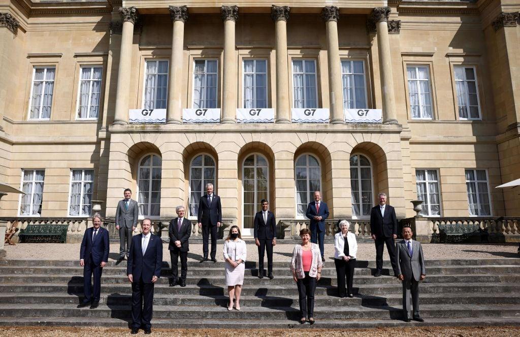圖為七國集團財長、歐盟官員和世界銀行行長在倫敦召開財長會議期間合照。(HENRY NICHOLLS/POOL/AFP via Getty Images)