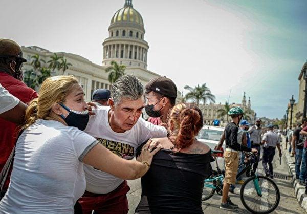 7月11日的反政府抗議中,一名男子眼部受傷。(Photo by ADALBERTO ROQUE/AFP via Getty Images)
