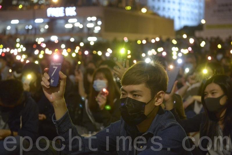 香港區議會選舉結果出爐,泛民主派大勝,中共過去製造的「暴徒」是「一小撮人」、「不得民心」等言論,不攻自破。圖為2019年11月14日,香港大批市民參加中環愛丁堡廣場「消防救護打氣大會」。(余天祐/大紀元)