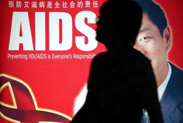 大陸高校成愛滋病重災區,其背後的原因引發關注。圖為上海街頭的預防愛滋病海報。(AFP/Getty Images)