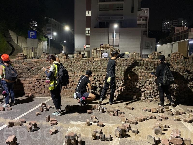 2019年11月13日,警察強闖進香港各大學校園,狂轟濫捕青年學生。中大學生以磚堆疊設置路障。(文瀚林/大紀元)