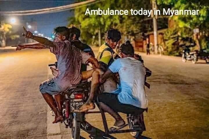 抗爭中被軍方打傷的緬甸民眾。(圖:緬甸資訊Myanmar Information/面書)