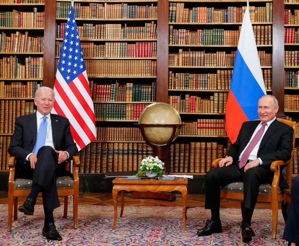 2021年6月16日,美國總統拜登和俄羅斯總統普京會面。(Photo by DENIS BALIBOUSE/POOL/AFP via Getty Images)