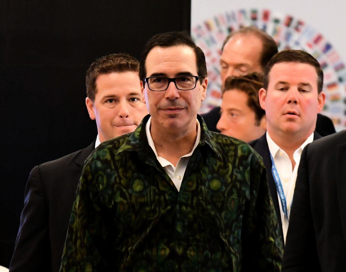 美國財政部長梅努欽週六表示,在貿易爭端中,需確保人民幣不會競爭性貶值。(GOH CHAI HIN/AFP/Getty Images)
