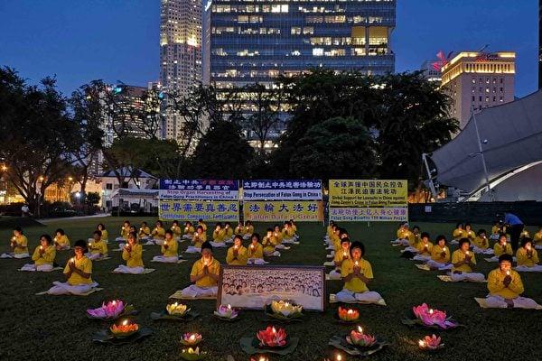 新加坡法輪功學員舉行燭光守夜活動,悼念在中國大陸被迫害致死的法輪功學員。(明慧網)