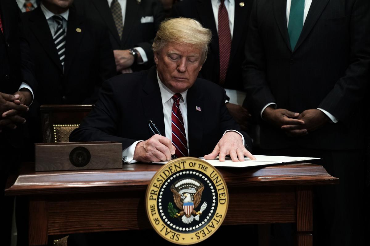彭博社日前引述知情人士稱,白宮制定了一項新法案,旨在擴大特朗普總統的關稅權。在本月即將上演的國情咨文演說中,特朗普預計將會督促國會通過該法案。(Alex Wong/Getty Images)