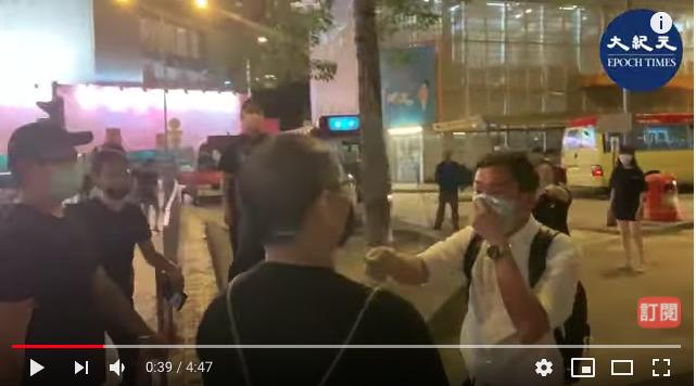 2020年6月12日,大紀元時報記者在香港觀塘裕民坊直播採訪期間,被持刀白衣人襲擊,一名保護本報記者的市民受傷流血。(現場影片)