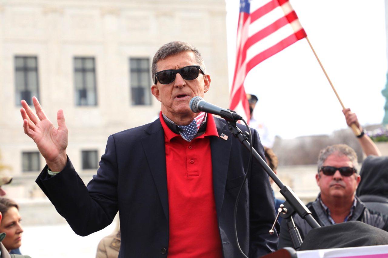 前美國國家安全顧問邁克爾‧弗林將軍(General Michael Flynn)近日發文表示,美國正處在「正邪大戰」之中。圖為12月12日上午,弗林將軍在美國最高法院前發表演講。(林樂予/大紀元)