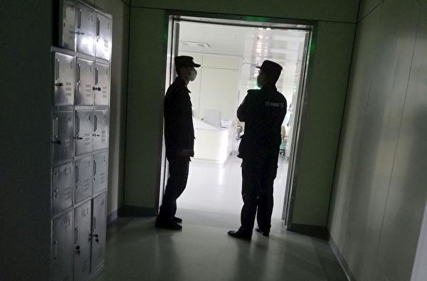 警察監視姚新人所住的病房。(明慧網)