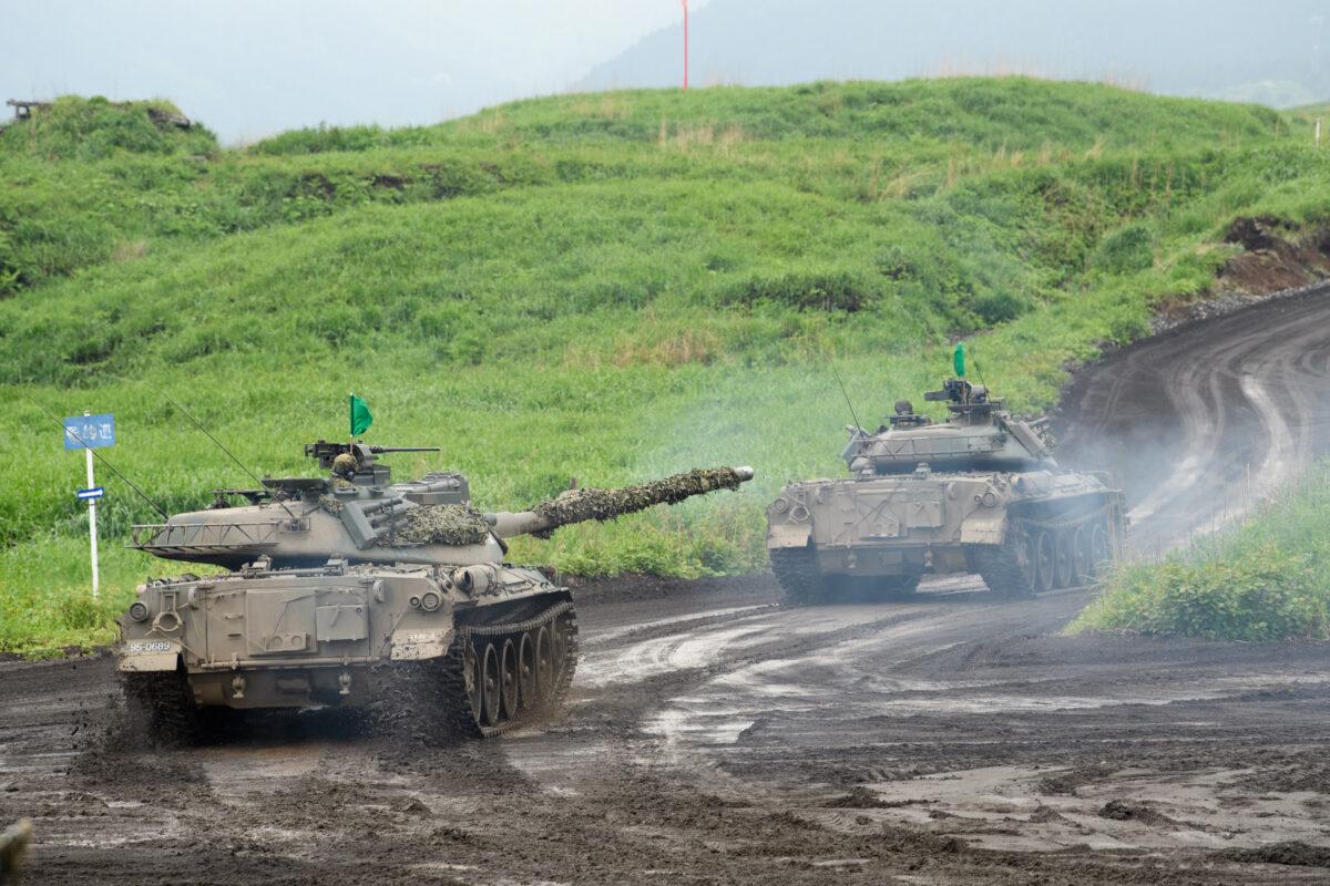 2021年5月22日,在日本靜岡縣御殿場,日本陸上自衛隊的74式坦克在東富士演習區進行實彈演習。(Akio Kon - Pool/Getty Images)