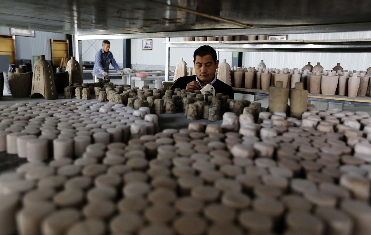 山東臨沂窯土資源豐富,農民變廢為寳,將其燒制成各色泥塑工藝品等。近期,當地環保運動中,大量陶瓷廠被勒令停工。(大紀元資料室)