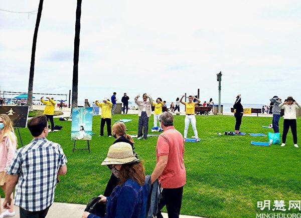 法輪功學員在拉古娜海灘(Laguna Beach)上煉功。(明慧網)