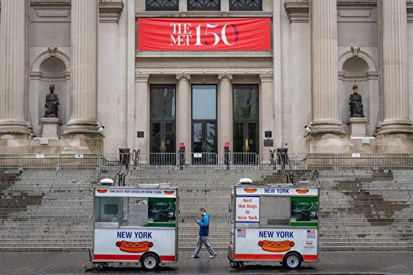 在美國擺地攤一年能掙多少?能發大財的不會太多,但可維持生計。圖為美國紐約大都會博物館及其前的熱狗地攤,因中共病毒,博物館關門。 (David Dee Delgado/Getty Images)