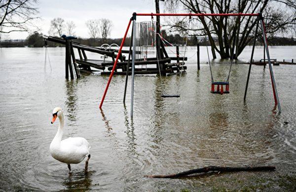 2021年2月3日,德國蒙多夫(Mondorf),融雪和持續降雨造成萊茵河氾濫,遊樂場遭水淹沒。(INA FASSBENDER/AFP via Getty Images)