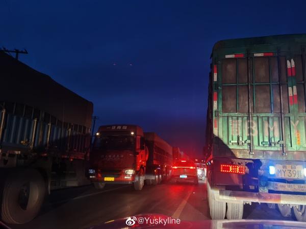 石家莊的「封城」困住了一大批車牌為冀字打頭的河北貨運司機。(微博圖片)