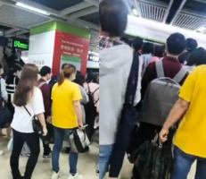 【現場影片】武漢楚河漢街地鐵站人擠人?
