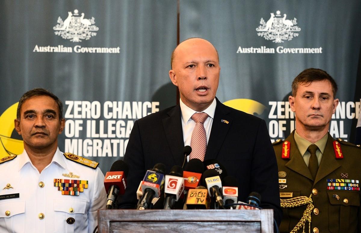 澳洲內政部長彼得・達頓(Peter Dutton)(中)呼籲中共在中共肺炎疫情問題上提高透明度。(STR / AFP)