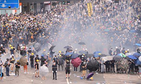2019年6月12日,過萬名香港市民到金鐘政府總部和立法會外請願,促請政府撤回《逃犯條例》。(大紀元)