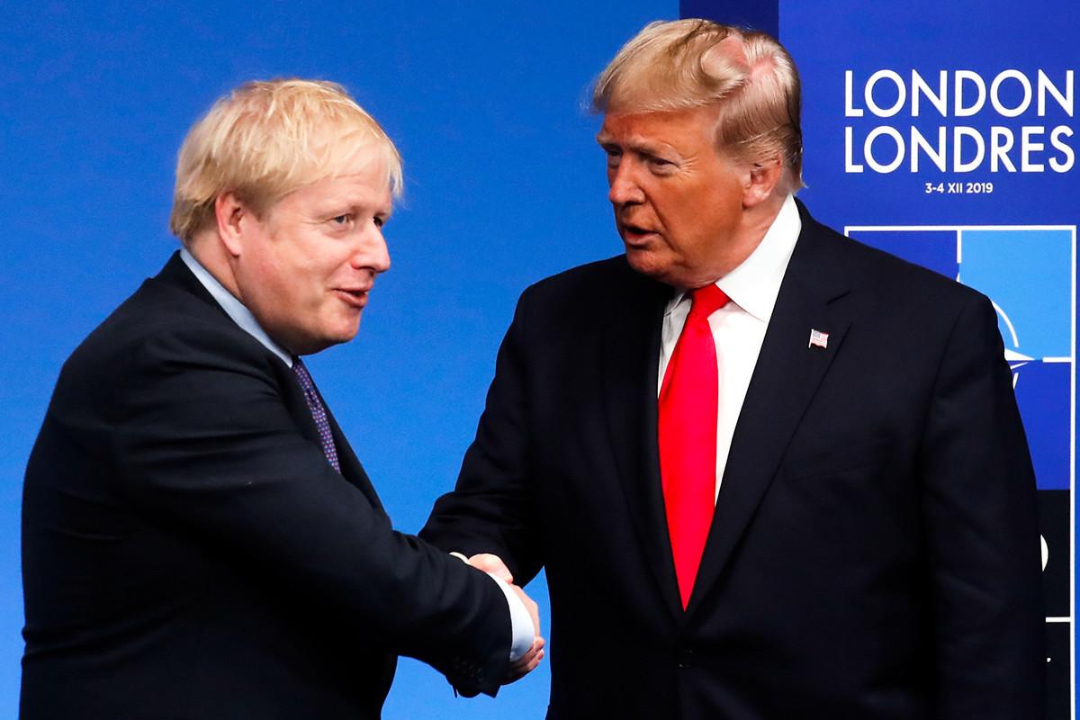 英國首相鮑里斯·約翰遜(Boris Johnson)和美國總統特朗普2020年5月29日表示,中國(中共)對香港實施國家安全立法的計劃將損害香港自治權。圖為兩人2019年12月4日在北約峰會時握手。(CHRISTIAN HARTMANN / POOL / AFP)