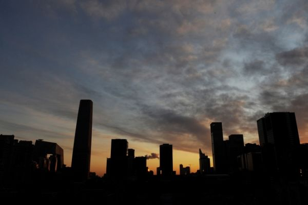 中國大陸20多個城市相繼發佈樓市調控政策,近半月來,成交量已經出現下滑。(AFP/Mark RALSTON)
