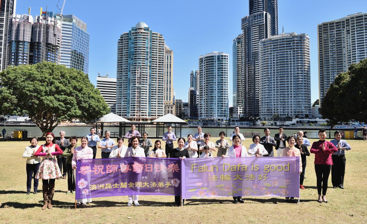 2020年9月27日上午,部份昆士蘭州法輪功學員在布里斯本河邊合照,為法輪功創始人李洪志先生獻上中秋節的敬意和祝賀。(大紀元/Jenny Lai)