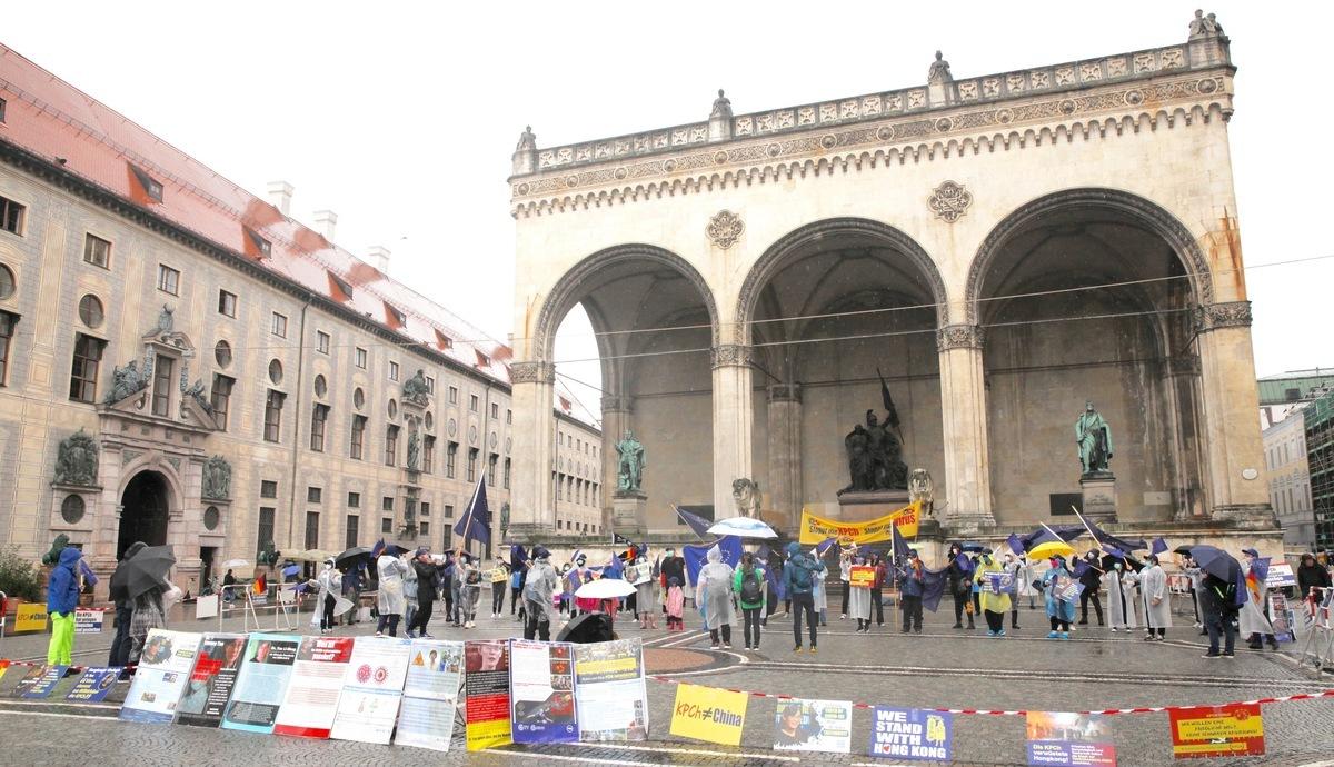 2020年8月29日,在德國慕尼黑的奧迪安廣場(Odeonsplatz),來自德國、法國、意大利、奧地利、英國、希臘、丹麥、匈牙利和捷克等歐洲各國的華人舉行集會,高喊「打倒中共」。(黃芩/大紀元)