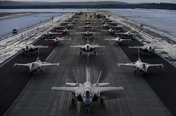 2020年12月18日,阿拉斯加的艾爾森空軍基地展示了一次戰機大象漫步,包括F-35戰機在內的30多架戰鬥機和2架加油機。(美國空軍)