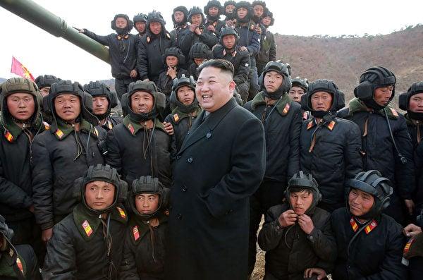 圖為2017年4月1日北韓發佈的金正恩(中)在未公開地點視察北韓坦克部隊的照片,其中坦克兵的裝束與前蘇聯基本類似。(STR/AFP via Getty Images)