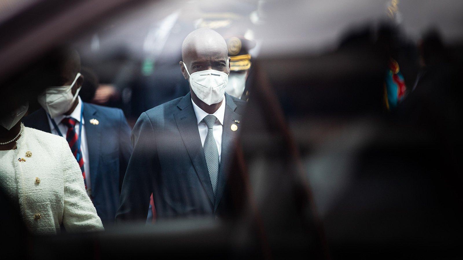 2021年5月24日(周一),厄瓜多爾新任總統吉列爾莫·拉索(Guillermo Lasso)在厄瓜多爾基多(Quito)的國民議會上舉行就職儀式。前來參加儀式的海地總統約韋內爾·莫伊茲(Jovenel Moise,中)在之後離去。海地臨時總理2021年7月7日宣佈,總統莫伊茲當天凌晨在其家中遇刺身亡,第一夫人也受傷。(Johis Alarcon/Bloomberg via Getty Images)