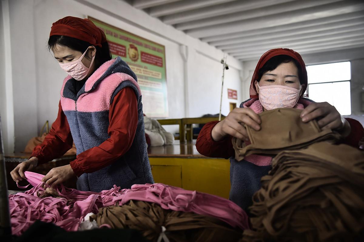 圖為2020年2月6日,北韓女工在生產防疫口罩。(Kim Won-Jin/AFP)