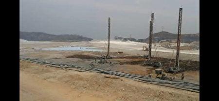 2019年4月下旬,小張與附近居民調查山西省孝義市某鋁業有限公司對環境所造成的污染情況。(小張提供)