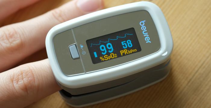 血氧飽和度應在95%至100%之間,低於95%就屬低血氧 ,中共肺炎(俗稱武漢肺炎、新冠肺炎)患者常見血氧降低。(Sean Gallup/Getty Images)
