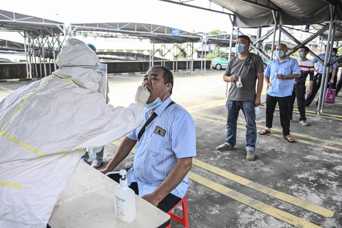 2020年4月20日廣州市的民眾在排隊接受中共病毒核酸檢測。(STR/AFP via Getty Images)