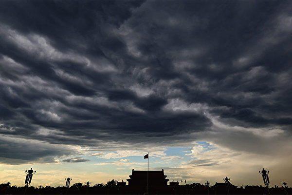 中共走投無路,北京焦頭爛額。圖為烏雲密佈的北京天安門廣場。(Getty Images)