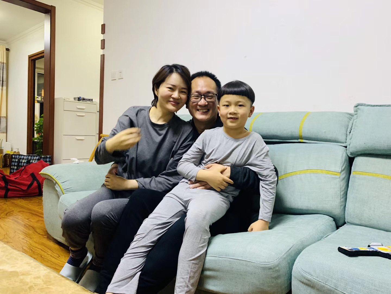 2020年4月27日,大陸維權律師王全璋回到北京家中,擁抱妻兒。(李文足推特)
