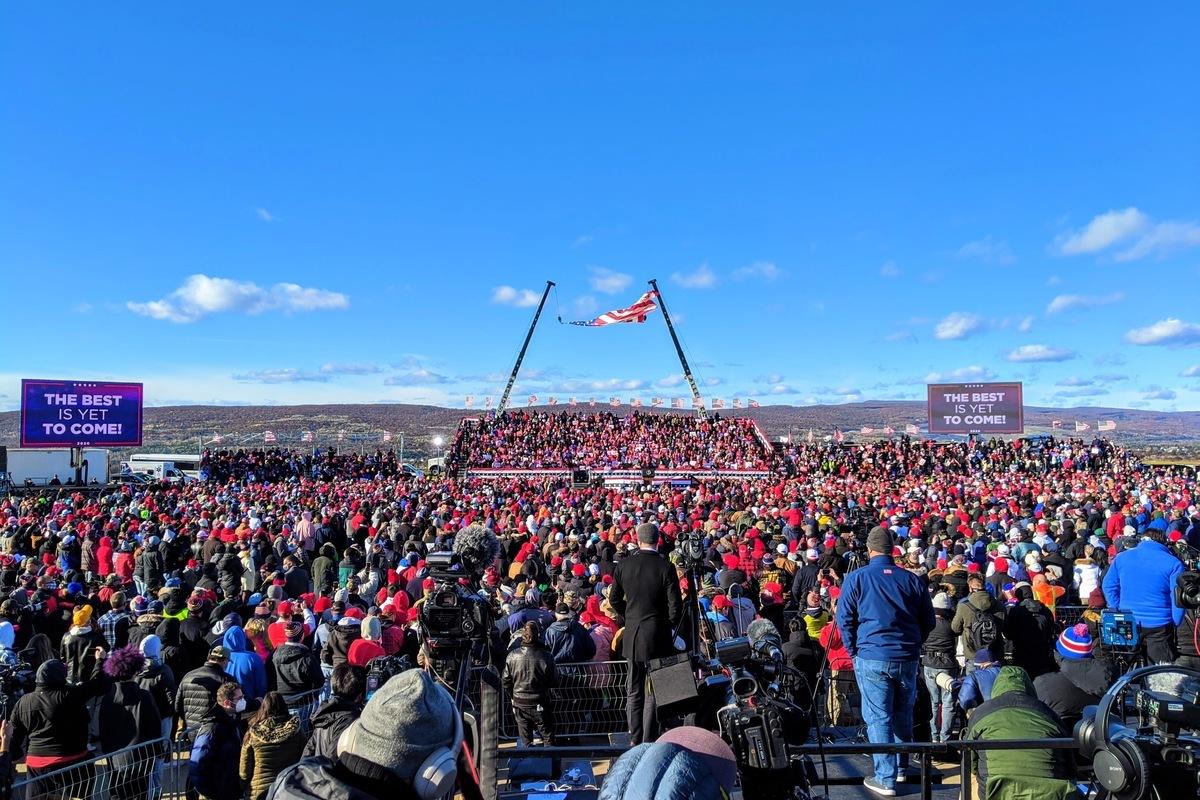 2020年11月2日,特朗普總統在賓州的斯克蘭頓舉行造勢集會,數千人參與活動,現場氣氛熱烈。(黃小堂/大紀元)