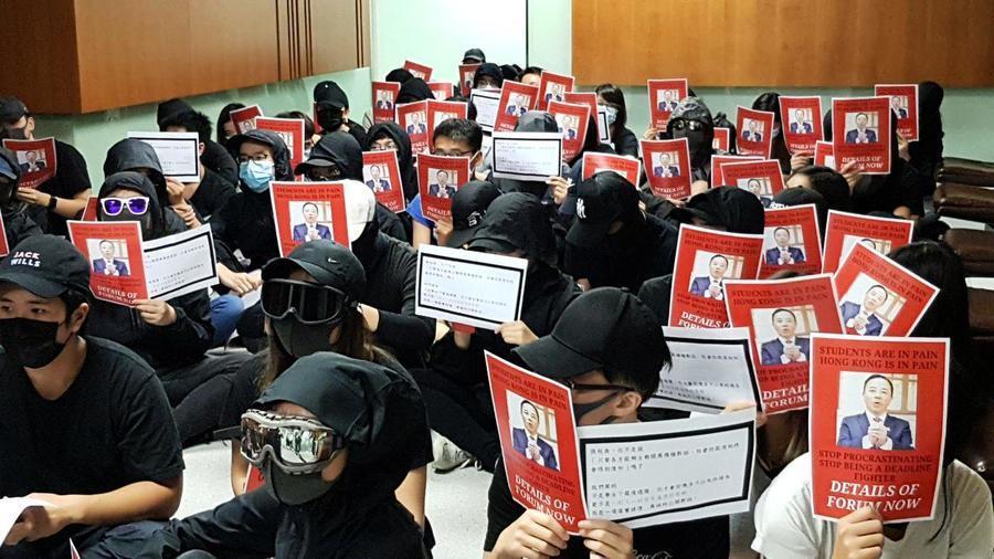 三千師生訴求無果 港大生校長室外抗議升級