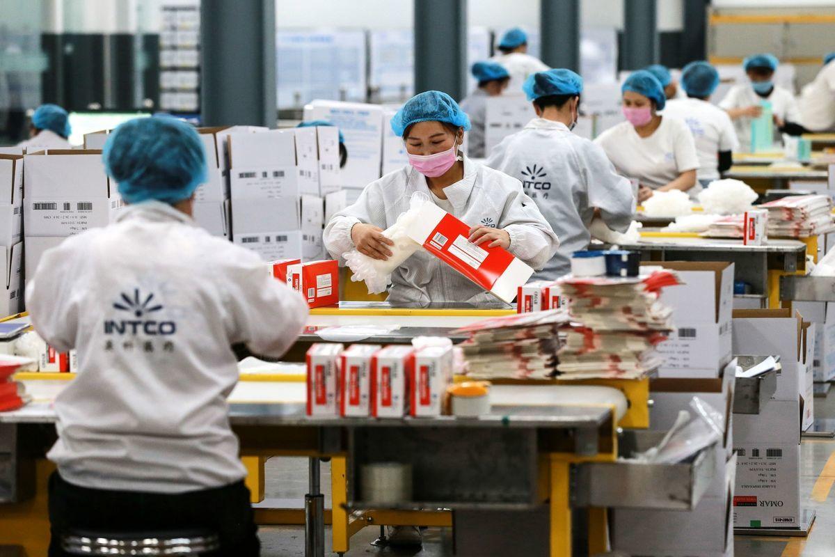 中華民國央行總裁楊金龍於書面報告中直指將與過往不同,疫情暴露全球供應鏈過度依賴中國的脆弱性,企業將加速移出中國。圖為中國的工廠。 (STR/AFP via Getty Images)
