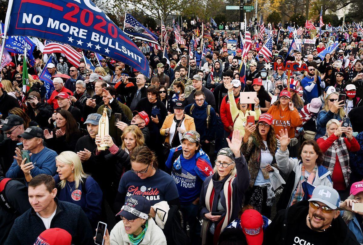 特朗普總統支持者12月12日在華盛頓特區舉行「制止竊選」集會。特朗普總統乘坐直升機在空中俯視集會。(OLIVIER DOULIERY/AFP via Getty Images)