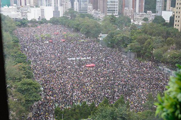 近日,美國財經頻道CNBC列出了全球目前正面臨的、影響經濟的五大風險因素,大陸和香港各佔其一。圖為8月18日,170萬人在香港大遊行。(孫青天/大紀元)