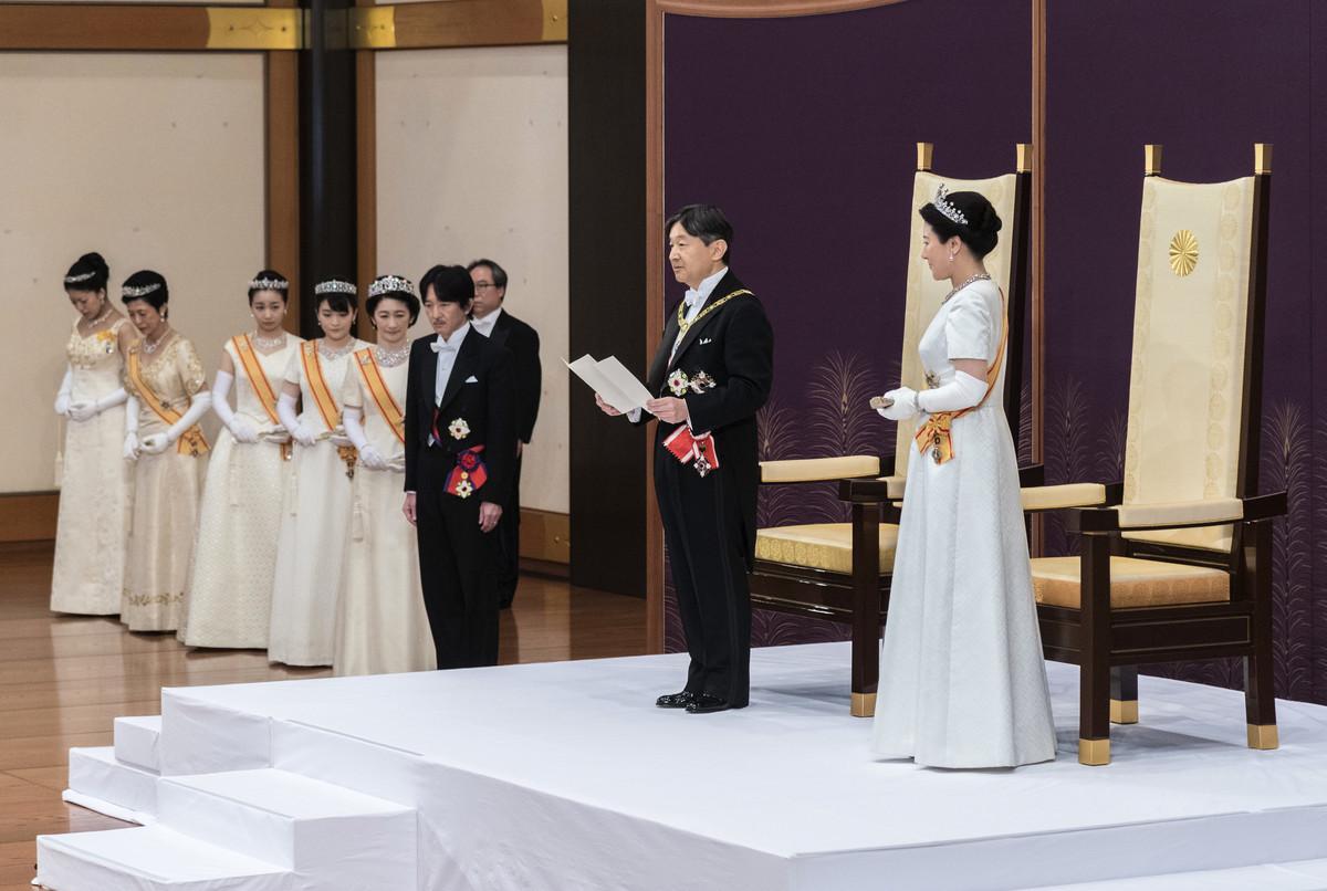 日本新王德仁於5月1日「劍璽等承繼之儀」結束後,在舉行「即位後朝見之儀」,與新王后雅子首度與代表國民的人士會面,並發表他的第一次講話。 (HANDOUT / IMPERIAL HOUSEHOLD AGENCY / AFP)