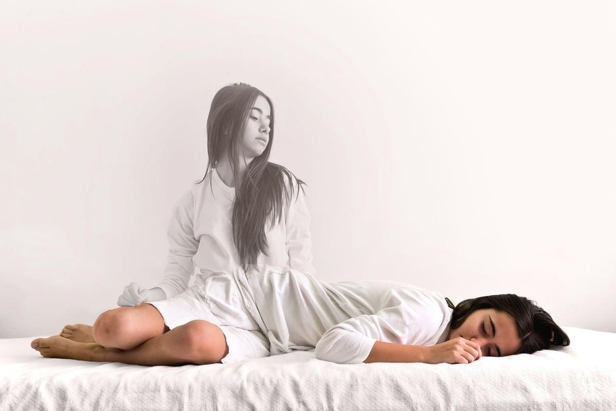 Reddit網站用戶就人死後會發生甚麼事的議題展開熱烈討論。圖為一名年輕女孩的靈魂離體。(Shutterstock)