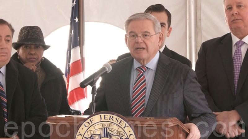 聯邦參議員羅伯特·梅嫩德斯(Robert Menendez)在集會上發言。(韓瑞/大紀元)