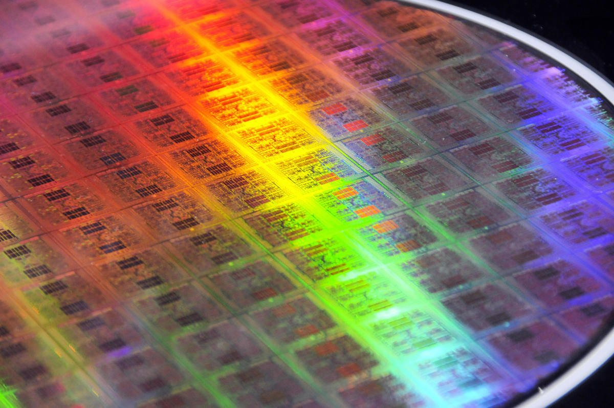 專家表示,中國半導體製造的水平仍落後外國競爭廠商多達10年的時間。圖為2009年5月14日,日本富士通公司生產的晶片。(YOSHIKAZU TSUNO/AFP/Getty Images)