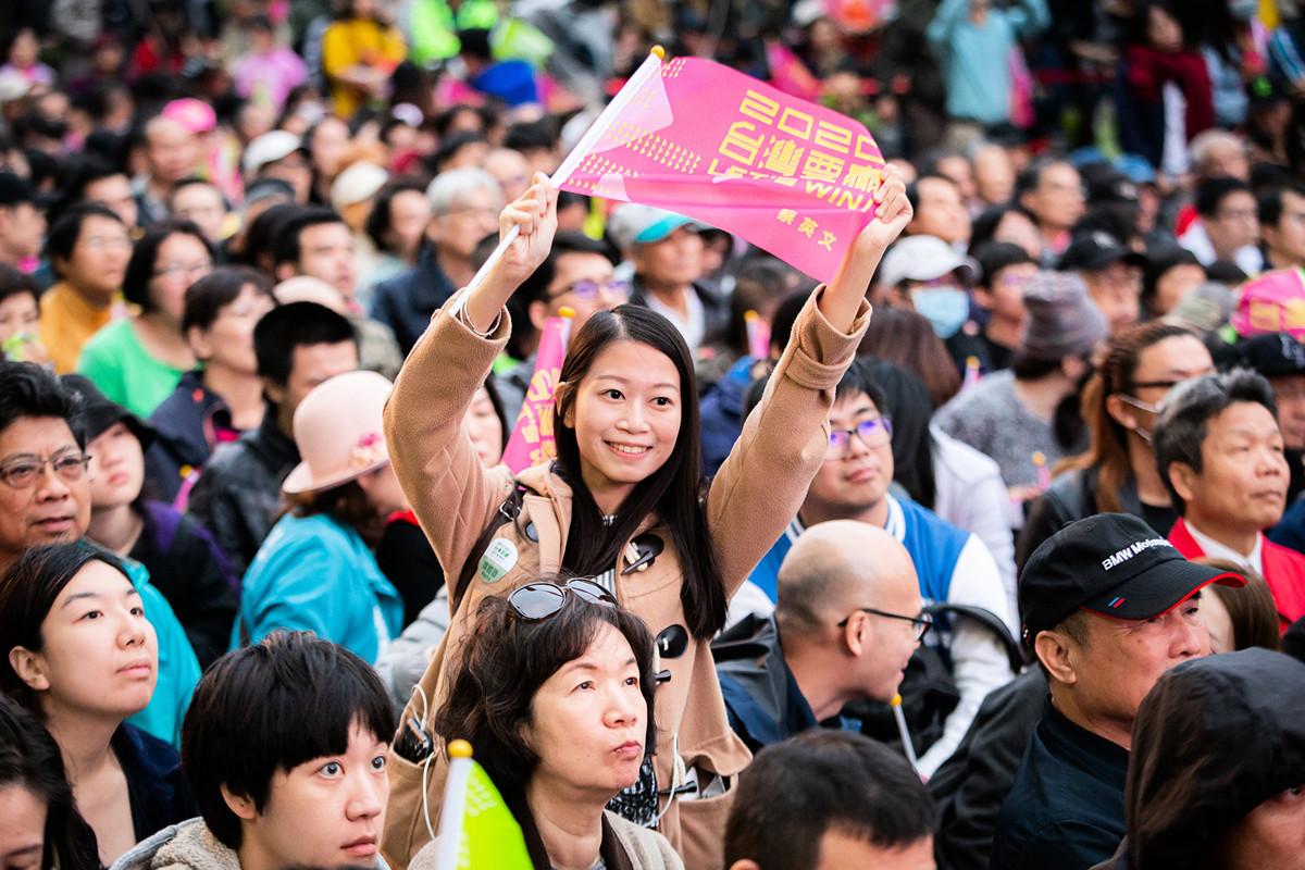 台灣2020年總統選舉結束,蔡英文高票當選連任。大陸許多民眾通過翻牆「圍觀」選舉,並致賀電。有大陸網民發帖表示,台灣大選大陸人不能永遠做看客,期待大陸2020年擁有表達自己意願的選票。圖為2020年1月11日,大批支持民眾在蔡英文台北競選總部外。(陳柏州/大紀元)